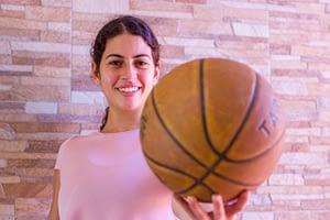 sujetando pelota de baloncesto descubre con ana